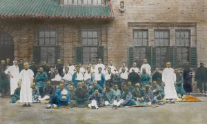 Dr Dugald Christie with hospital assistants and patients, Mukden hospital, 1905